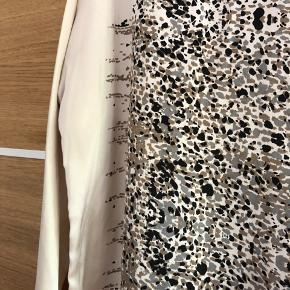 Flot kjole i silkelignende stof med print - brugt en enkelt gang. 3/4 ærmer og falder meget fint ☀️