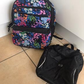 """Jeva skoletaske (ca 0-4 klasse) med mange fine detaljer, som fx isoleret lomme til madpakke, lille lynlås lomme indeni osv (flere billeder kan sendes)  Idræts taske som kan """"klikkes"""" udenpå følger med"""
