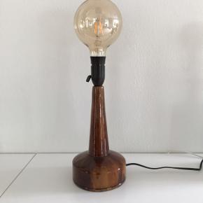 Virkelig smuk og absolut retro keramisk lampefod fra danske J. Holstein med lækker brun glasur. Tænd/sluk-knap og sort velholdt ledning. Meget flot stand. Pære medfølger ikke. H: 33,5 (inkl. fatning). 275,- #lampefod #bordlampe #bordlamper #keramisklampefod #keramiklampe #keramiklamper #keramiklampefod #jholstein #holsteindanmark #loppefund #loppeguld #loppemarked #genbrugsfund #genbrugsguld #sælges #tilsalg #sælgesaarhus #boligindretning #boligliv #boligmagasinet #loppedeluxe #indretning #lopper #loppersælges #loppertilsalg #genbrugsguld #genbrugsguldtilsalg #genbrugsguldsælges