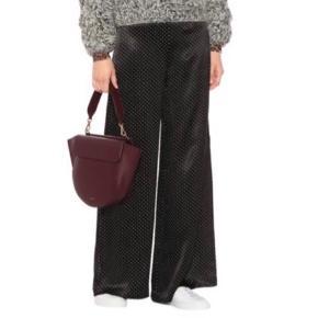 Ganni dots satin bukser. Bukserne er blevet syet op hos en syerske, da de var ALT for lange. Jeg synes selv de fitter en XS godt nu.  Np: 1800 kr Er åben for realistiske bud.