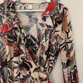 Virkelig smuk slå om bluse fra H&M. Har flæser i begge sider. Let og luftig at have på og dejlig blød.  Aldrig brugt  Byd gerne 🙌🏼🤠