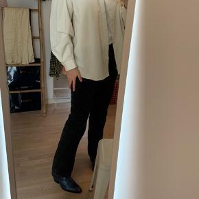 Brugt en gang.  Sælger denne super fede skjorte i fløjl. Den sælges kun fordi jeg har to, og derfor ikke får brugte denne.  Den kan også bruges som en tynd jakke til sommer.  Nypris: 700 kr.  Str: 40 Fast pris + fragt.  Ved køb af 2 af mine varer, gives fri fragt.  #30dayssellout