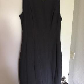 Sød facon syet kjole i mørkegrå fra HM