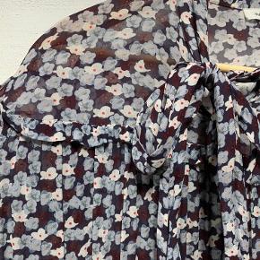 Smuk, let kjole med smukke detaljer og sløjfe. Tænker den kan passes af en str. 36 - lille 40.  Kan ses/hentes i Holbæk eller sendes på købers regning🌸