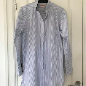 Skøn skjorte kjole i lækkert chrisp bomuld str 36. Lyseblå med mørkeblå detaljer. Aldrig brugt.