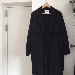 Rigtig fin sort trenchcoat fra mærket Envii. Sælges da der blev ryddet ud i skabet 💕