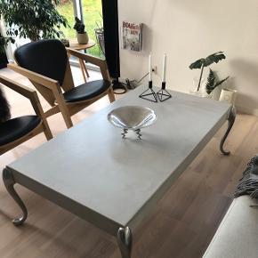 Morten Voss beton bord med Stålben. Tidsløs design, så smuk råt og feminin i et.  Passer til alt interiør.   Ny pris 14.500