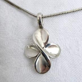 Sød sølvhalskæde kors/firkløver vedhæng.  Halskæden er 45,5 til 48,5 cm lang og stemplet 925.  Vedhænget er ialt 1,5 cm højt og stemplet 925 og noget med G.  Vægt 6,5 g.  Handler også gerne via Mobilepay.