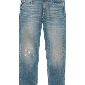 """Varetype: Relaxed Jeans Størrelse: 29"""" Farve: Denim Oprindelig købspris: 5700 kr. Kvittering haves. Prisen angivet er inklusiv forsendelse.  Trendy denim jeans fra Gucci.  Relaxed fit stone washed jeans. 38cm ben åbning.  Størrelse 29 som passer i størrelse.   Bukserne er en del af sommer kollektionen 2018 og købt i London i Marts i år.  Aldrig brugt og fremstår i perfekt stand.  Original kvittering medfølger.  Nypris 5.700kr Sælges for 4.000kr inkl forsendelse"""