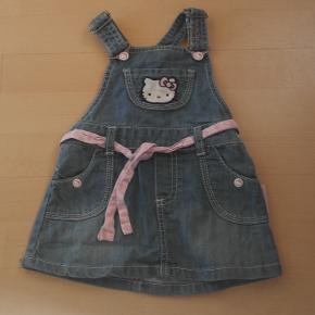 sød spencer / pige kjole str 74 Hello Kitty mange flotte detaljer  Mindstepris : 35 kr plus porto Porto er 37 kr med DAO uden omdeling