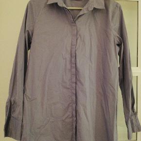 Day Birger et Mikkelsen skjorte i str 34, men  kan også passes af en str 36. Brugt men stadig rigtig fin.  De også mine andre annoncer - sælger billigt ud af garderoben.