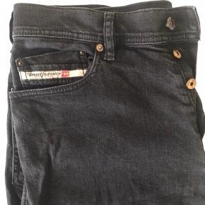 Er par rigtig fine bukser, og dog mistet lidt af den sorte farve, men det giver dem blot et andet look, jeg sælger dem da jeg ikke før dem brugt.  Ny pris 1100 kr