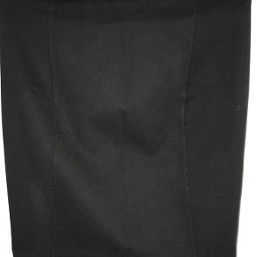 Varetype: nederdel Farve: Sort Oprindelig købspris: 1500 kr.  Super fin klassisk nederdel fra Filippa K i sort er ikke brugt mange gange så fremstår uden slid og mangler   Der er elastik i taljen  Længde ca. 50 cm  BYTTER IKKE