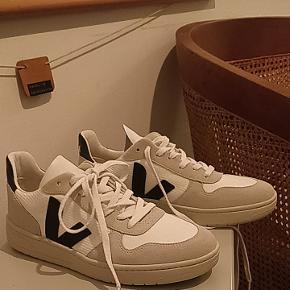 Bæredygtige 80'er inspirerede sneakers fra Veja.Splinternye og aldrig brugt. Normalpris 850 - 950 kr.