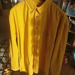 Virkelig flot gul skjorte lavet i baby fløj. Brugt få gange og i rigtig fin condition. Mp 325