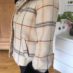 Super pæn jakke fra Meotine i str xs-s. Brugt få gange og ingen tegn på slid Pels på ærmer og krave er aftagelig!