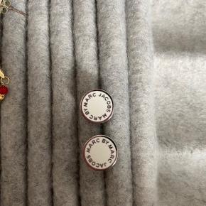 """Fine runde øresticks i hvid med sølv detaljer. De er fra dengang det hed """"Marc by Marc Jacobs"""" og fåes derfor ikke længere. Eneste tegn på slid er på låsen. De er blevet en lille smule misfarvet. Spørg endelig efter flere billeder"""