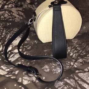 Bershka strå beige taske. Brugt 1 gang kan bruges som skuldertaske eller clutch. Ingen bytte
