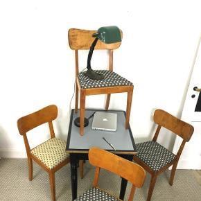 "Skønne retro stole 3 ""blå"" med hvide stjerner og en ""gul/sand"" med lilla stjerner. Sidde højden er 45. Cm  Bredden er 45. Cm  Pris 350.Kr pr. Stk"
