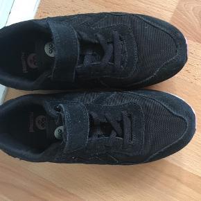 Lækre sorte Hummel sneakers i str.33, kun brugt 3 gange indendørs.