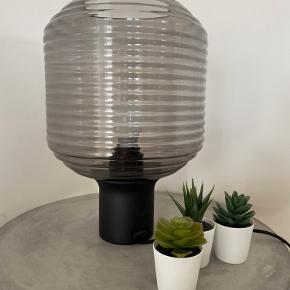 Sælger denne smukke bordlampe fra Frandsen. Lampen er aldrig blevet brugt - og fremstår derfor som ny.