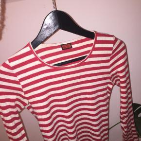 630fa39ef88 Varetype: Langærmet T-shirt Farve: Rød, Hvid Prisen angivet er inklusiv  forsendelse