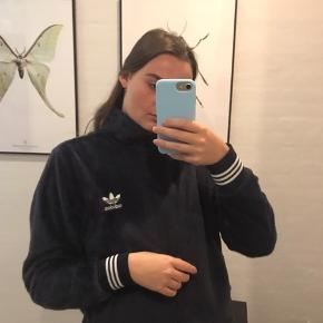 Fed Adidas jakke/pullover i kort plys stof🖤 Rigtig fin stand Brugt over 10 gange men har kun tegn på slidt indvendig  hvor der er lidt fnuller fra brug Byd gerne