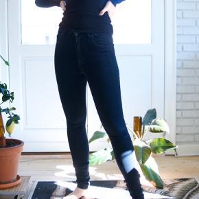 Lynlåsen kan godt være lidt svær at få helt op, mener man kan fixe det med stearin.  BYD. Skal snart flytte og går ikke i jeans mere :)