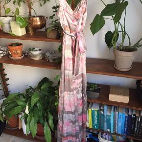 Smuk maxi-kjole grå og lyserød, lavet af 100 % silke 🌸