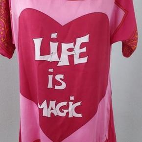 Skøn silketunika, hvor den dominerende farve er pink. Str. M. Brystvidde 100, længde 86