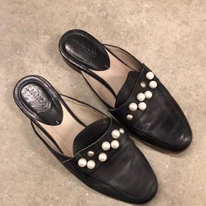 Loafers i skind, med hvide perler. Brugt nogle gange, men fejler ingenting.