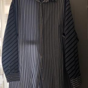 Skjorten er blevet brugt 1-2 gange, dog er den lidt for stor.