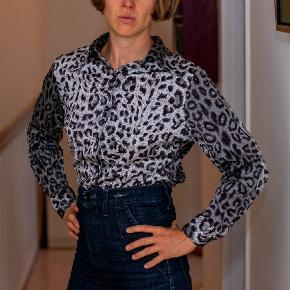 Fin vintage skjorte fra 60'erne eller 70'erne Krølfri kunststof  Fin stand  Størrelse s/lille medium
