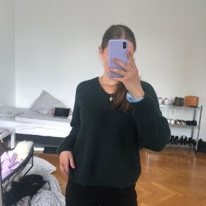 Cute sweater med udskæring og knude på ryggen