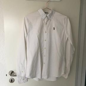 Ralph Lauren Oxford skjorte (slim fit) i blå. Str. S. Brugt få fange. Ny pris 800 kr. Kom med et bud.