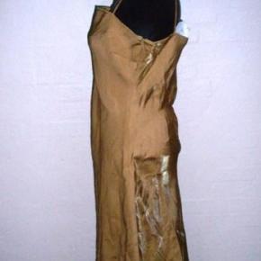 Varetype: 💚🌸💚 * Guld kjole * Ny m. tag - se mål   5 fotos Størrelse: L (M) - se mål Farve: Guld(mat+skin) Oprindelig købspris: 399 kr.  Flot og let guldkjole med mat samt skin guldlook alt efter lyset, kan også ses på fotos fra  Only  Str. L  Farve: Guld  Mål:  Brystmål: 2 x 45 cm Taljemål: 2 x 45 cm Hoftemål: 2 x 55 cm Længde: ca. 108 cm   Materiale:  Polyester formoder jeg men intet mærke  Stand: Ubrugt - ny m. tag påsat - der var påsat byttemærke, som jeg har pillet af, for at kunne se nyprisen - den ser ud til at have været 399,00.  Bytter ikke!  ** Se også alle mine andre annoncer med tøj og sko - Tøj: str. 34-50 Sko/støvler: 36-41 desuden tasker, smykker, tørklæder, bælter o.m.a.**  *** Klik på mit brugernavn for at se samtlige annoncer ***