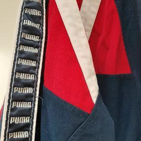 Lækker retro bomber jakke / trøje med lynlås og puma logoer
