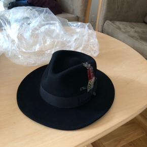 Hat, Jason & James, str. m, Sort, UbrugtHatten er købt fra https://www.hatsandcaps.co.uk Ny pris 425 Sælger til 300 Realistiske bud er velkommene *Sender på købers regning.