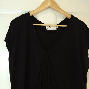 Knælang, sort kjole fra Pulz jeans. Fin blondekant forneden.