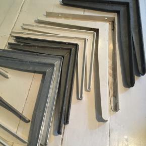 Forskellige hyldeknægte - fra oven bill. 1: 1. Sæt hyldeknægte / bordbæring, galvaniseret stål, 300x400mm. (nypris stk. 94,75) sætpris 100kr 2. Sæt PN-beslag, hvid L-profil, 300x400mm. (Nypris stk. 78) sætpris 75kr 3. Sæt PN bordbæring hvid t-profil 250x300mm (nypris stk. 52kr) sætpris 55kr 4. Sæt bordbæring galvaniseret stål, 250x300mm. Sætpris 50kr 5. Samme som nr. 4 men spraymalet sølv. Sætpris 50kr Bill. 2 1. Hyldeknægt u-profil hvid, 250x300mm 30kr 2. Bordbæring t-profil galv. stål 350x400mm 45kr 3. Millarco multi-knægt L-profil højre 300x400mm hvid 35kr 4. Bordbæring t-profil hvid 300x400mm 45kr Mængderabat ved køb af flere Skal hentes Kbh V
