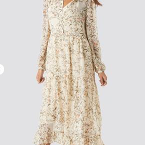 Super flot kjole. Er stort set ikke brugt og fejler derfor intet. Underkjole medfølger.