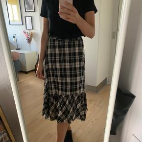 Ternet nederdel fra Zara. Brugt 2 gange. Str xs, men kan også passes af str s