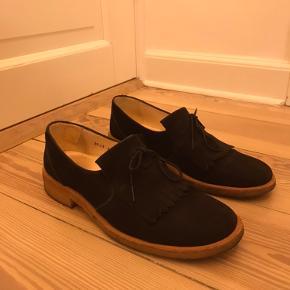 Sælger dine fine loafers i ruskind fra Angulus. Skoene er brugt men stadigvæk i fin stand.  Str. 38  Kom med er bud :)