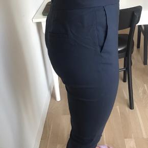 Bukser fra Selected Femme i str 40 Lynlås ved buksebenene  Dejligste stof med lidt stræk i  Bagpå er der en lomme på den ene side