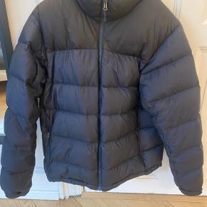 Lækker North Face Nuptse dunjakke i str. M. Ingen skader ud over det, der ses på billede 3. Købt i Woodwood. Jeg er 1,83 og vejer 73 kg og synes den er lige lille nok til mig.