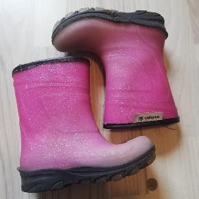 Praktiske gummistøvler med foer i god men brugt stand. Med glitter. Sender gerne og hurtig 🙂