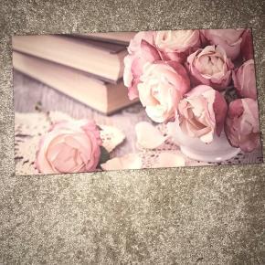 Fine billeder til dekoration eller hængende på væg. Billederne er 35 x 19,5  Sælger billederne for 45kr pr stk.  Sælger begge billeder for  70kr   Sælger en sort &-tegn af træ der kan stå (ca. 16 cm. Højt)  Sælges til 30kr