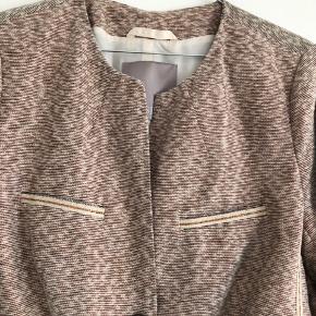 Pudderfarvet/creme Kort blazerjakke fra Gustav.  Jakken er brugt et par gange til fest og netop nyrenset.