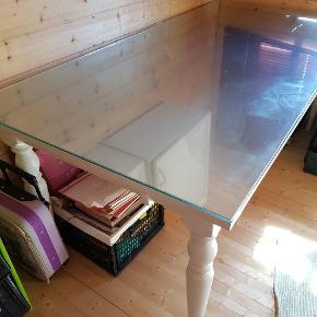 Spisebord malet hvidt med stål plade der kan tages af og glasplade kan tages af giv et bud står i et kolonihavehus .