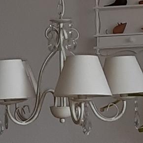 Rigtig sød og fin lampe sælges. Beige. 5 pærer med lille fatning. Shabby chic stil. Fungere perfekt, giver et godt lys over fx et spisebord. Skal afhentes.
